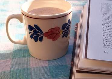 kitap ve kahve içerikli bir görsel